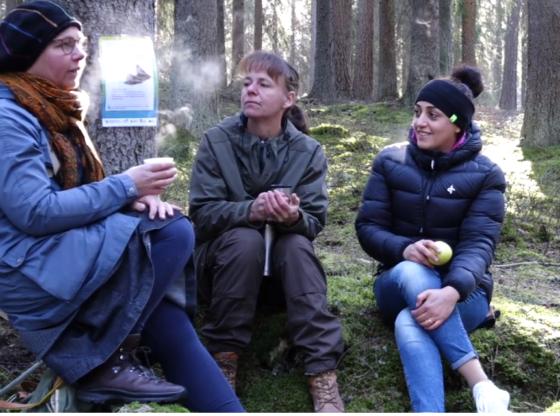 Kajsa, Jenny och Hala fikar i skogen i Nora