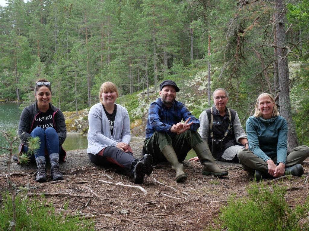 Hala. Eva, David, Kajsa och Ankie på marken i skogen